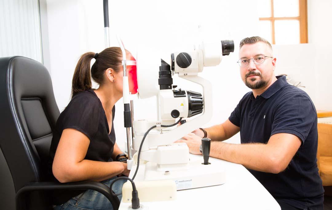 Kontaktlinsen Klosterneuburg: Christian Trautenberg bei der Anpassung von Kontaktlinsen